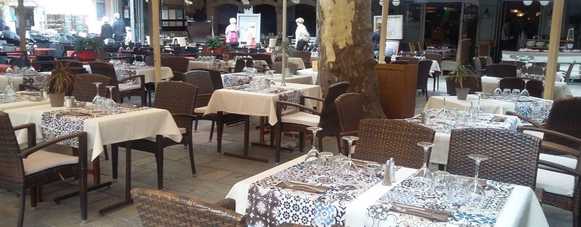Nappes et chemins de table dans un restaurant à Aigues-Mortes